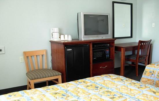 Economy Inn Willows - Table+TV